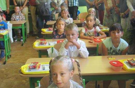Největší škola přivítala šest stovek dětí